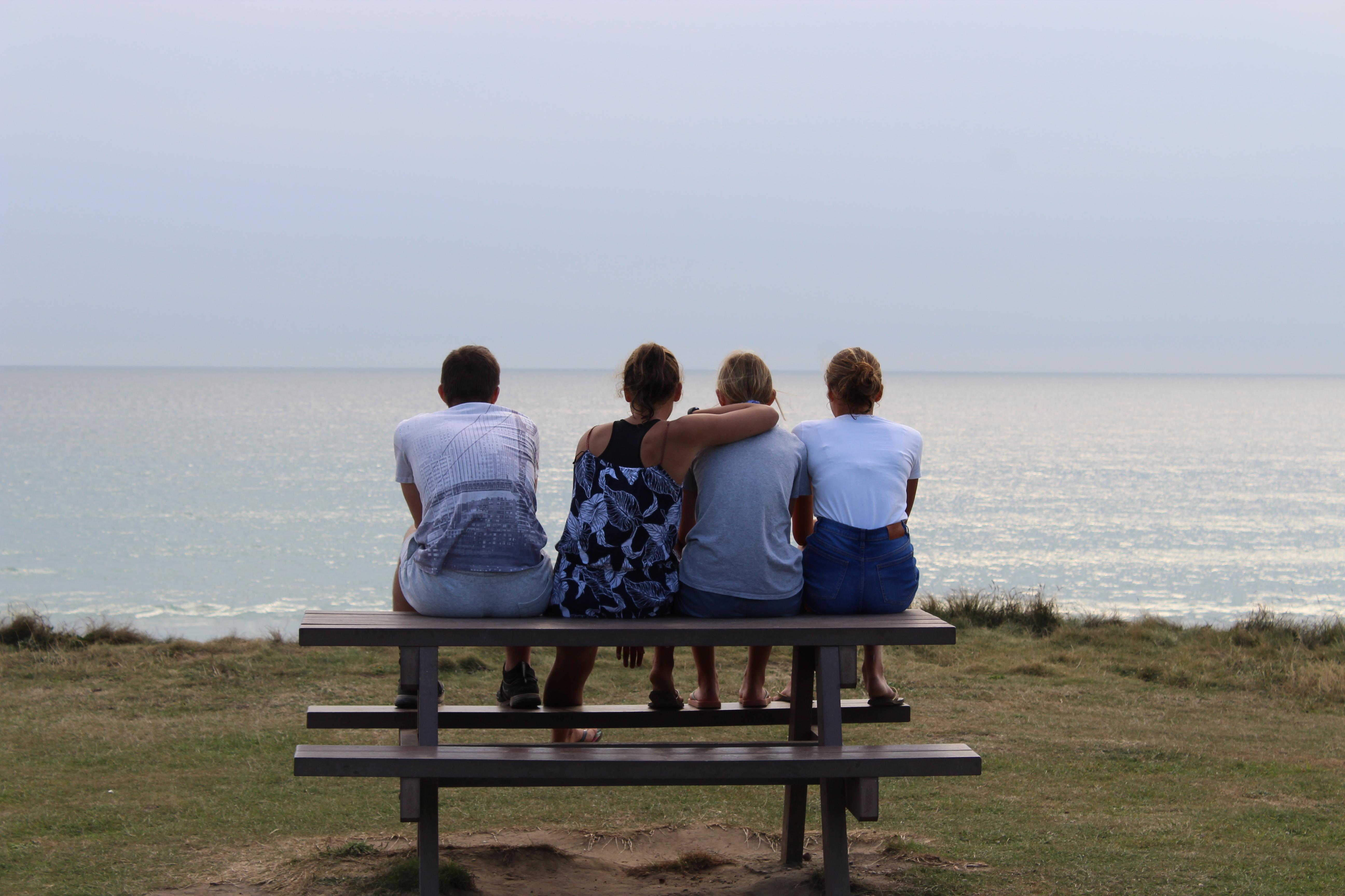 Illustration : adolescents devant la mer