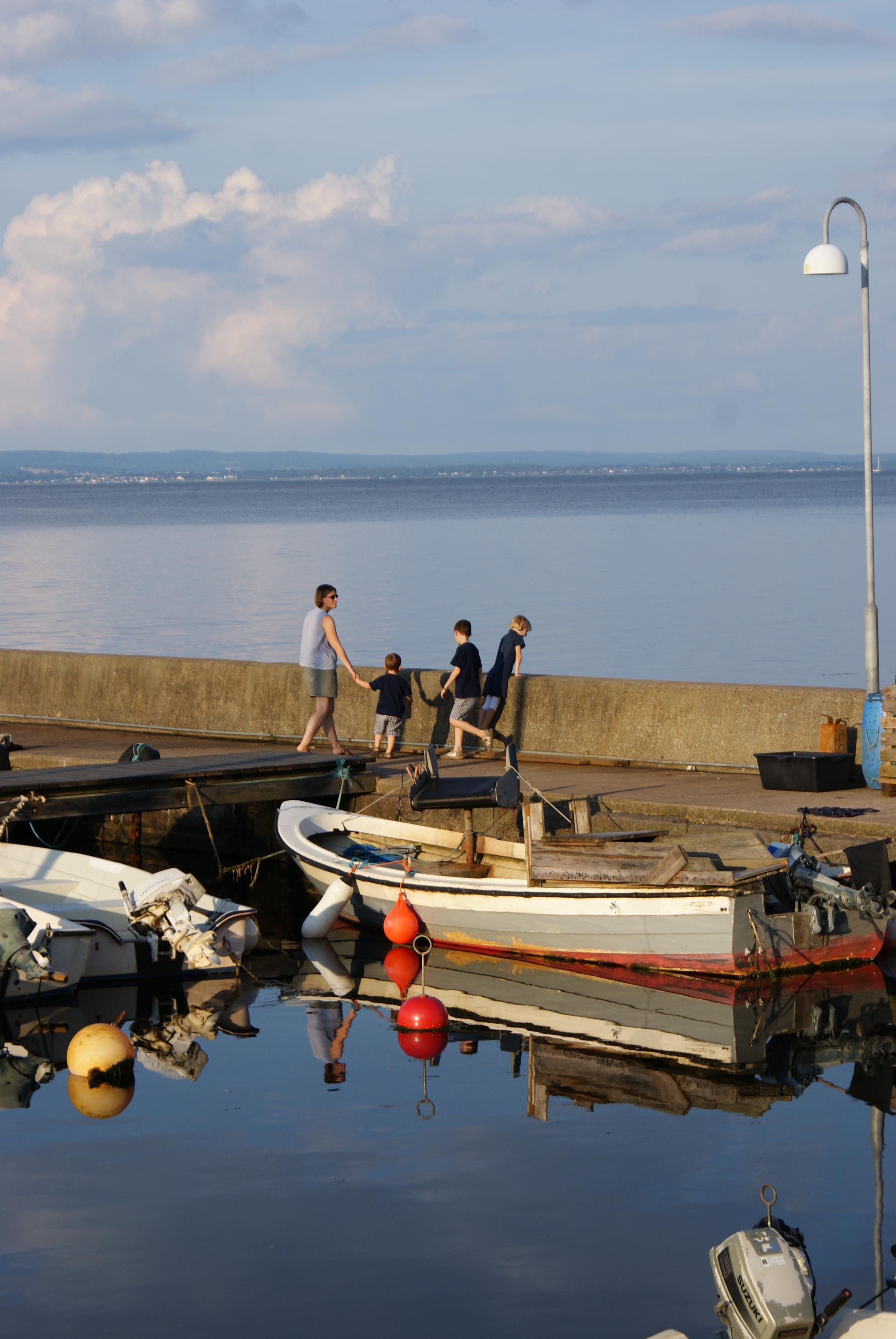 Illustration : famille dans un port